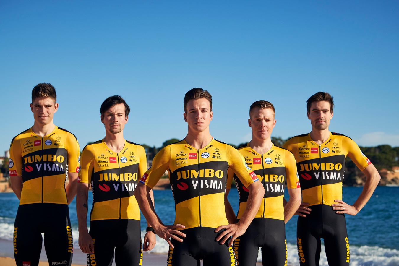 Jumbo-Visma toont nieuwe tenue. Vlnr: Wout van Aert, Primoz Roglic, Dylan Groenewegen, Steven Kruijswijk en Tom Dumoulin