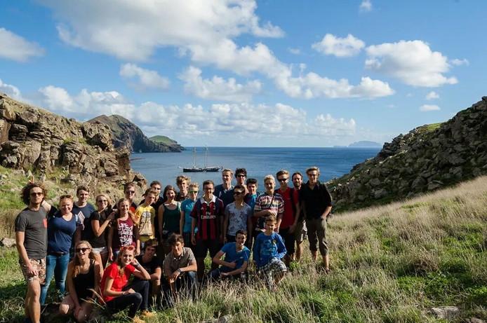 Vijftien leerlingen van het Markland College in Zevenbergen maakten de reis van hun leven op de Wylde Swan. Een van hun aanlegplaatsen was het Portugese Madeira. Op de achtergrond is de Wylde Swan te zien.