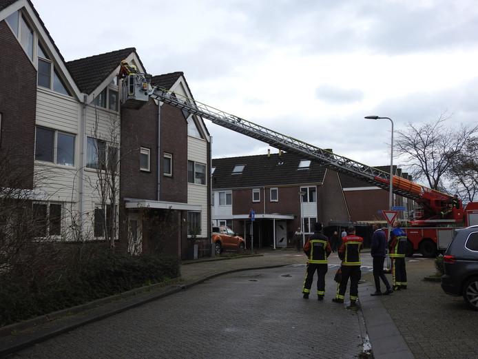 De brandweer aan het werk aan het Lelieveld in Nieuwerkerk aan den IJssel.
