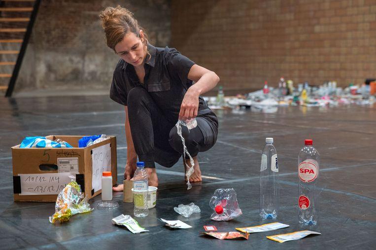 Sarah Vanhee aan het werk tijdens haar voorstelling 'Oblivion'. Veel reizen als kunstenaar, zo zegt ze, klinkt goed, 'maar op sommige plekken vraag ik me af: wat is hier de meerwaarde?' Beeld Phile Deprez