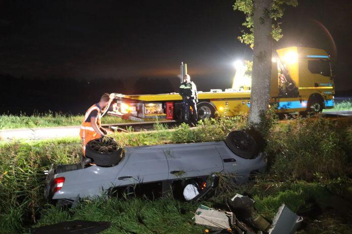 Bij een eenzijdig ongeval op de Buiten Postweg bij Havelte is in de nacht van zaterdag op zondag een bestuurder met auto en al in de sloot geraakt.