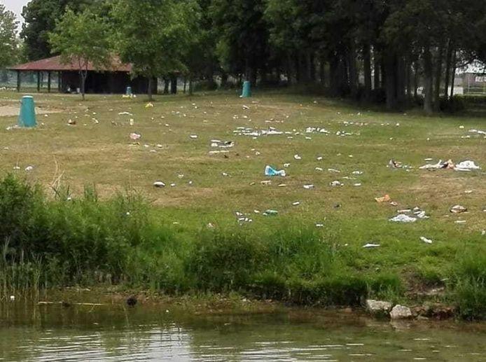 De vrijdagochtend na Hemelvaart werd recreatieplas Bussloo zo aangetroffen door beheerders die het gebied kwamen schoonmaken.