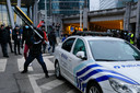 Betogers slaan met een verkeersbord op een politiewagen.