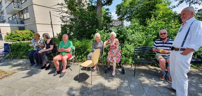 Bewoners van de Piet Heijn-flat hebben hun woning moeten verlaten en wachten buiten af op wat komen gaat.