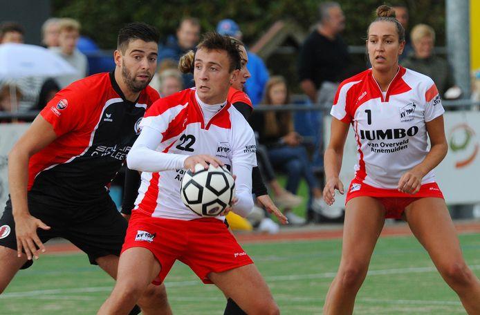 Jurriaan Bouwens namens TOP Arnemuiden in balbezit. Voor de zomer zal er geen competitie meer gespeeld worden.