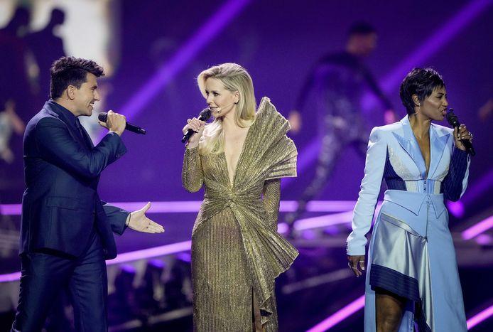 an Smit, Chantal Jansen en Edsilia Rombley tijdens de rehearsal van de finale van het Eurovisiesongfestival.