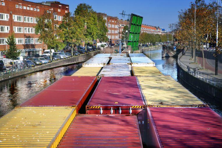 De Domino manoeuvreert omzichtig op de Amsterdamse grachten. Beeld Maarten Hartman