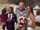 Tom Hanks crasht bruiloft en maakt foto's met bruidspaar