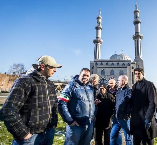 Een aantal moskeegangers is het niet eens met het bestuur door een Arabische Sjeik van de Essalam moskee.
