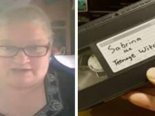Elle découvre qu'elle est recherchée depuis 1999 pour... une cassette vidéo perdue