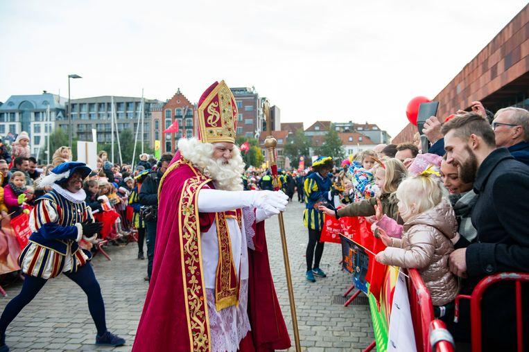 Sinterklaas arriveerde met zijn trouwe dienaars zaterdag rond twee uur aan het Willemdok op het Eilandje in Antwerpen. De intrede lokte duizenden kijklustigen. Beeld Klaas De Scheirder