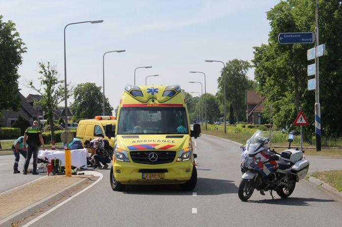 Hulpdiensten ontfermen zich over de motorrijdster.