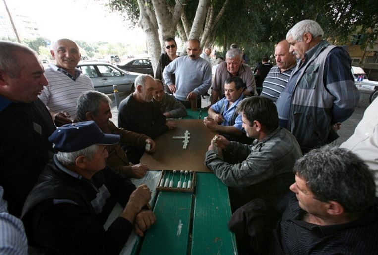 Domino spelende mannen bij de markt in Nicosia. Beeld AFP