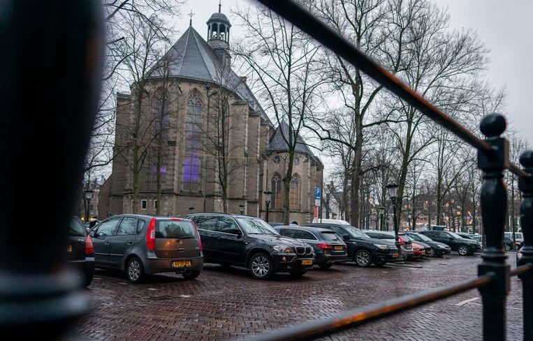 Een foto van het Janskerkhof in Utrecht waar binnenkort niet meer geparkeerd mag worden. Beeld