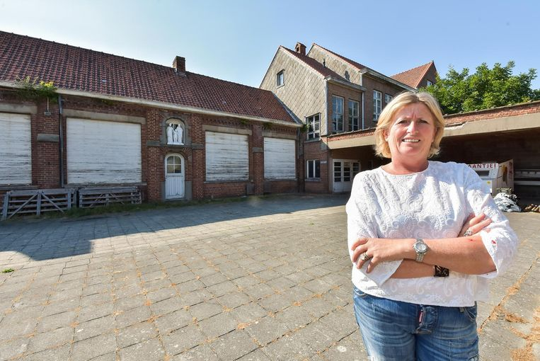 Schepen Belinda Beauprez voor het oude wijkschooltje dat ze samen met haar echtgenoot heeft gekocht.