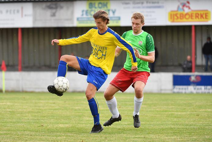 Een beeld van vorig seizoen uit derde provinciale van het burenduel tussen VC Poederlee en De Kempen B. Griffin Vets (l., De Kempen) en thuisspeler Rutger Heremans in een duel. Volgend seizoen speelt Poederlee onder de naam van Lille United.