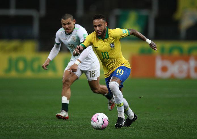 Neymar kon ondanks een rugblessure die hem de afgelopen dagen weghield van het trainingsveld tegen Bolivia toch de hele wedstrijd spelen. De aanvaller van Paris Saint-Germain had een aandeel in twee van de vijf Braziliaanse treffers.