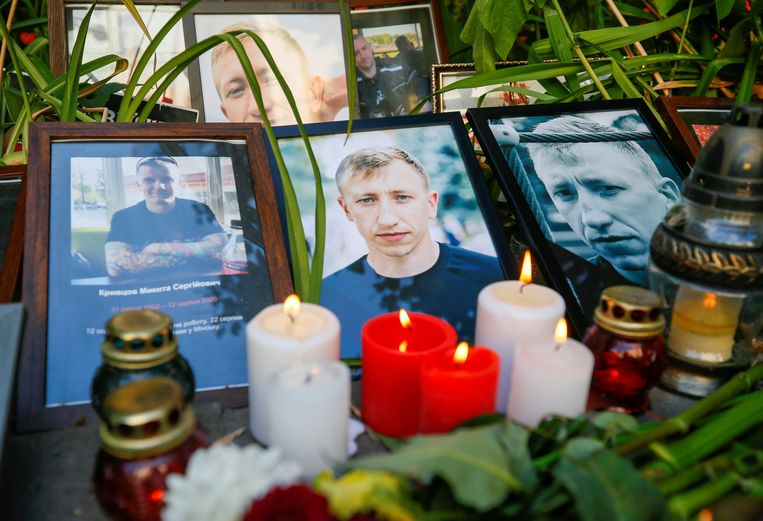 Kaarsjes en foto's van de Wit-Russische activist Vitaly Sjisjov naast de Wit-Russische ambassade in Kiev. Beeld Reuters