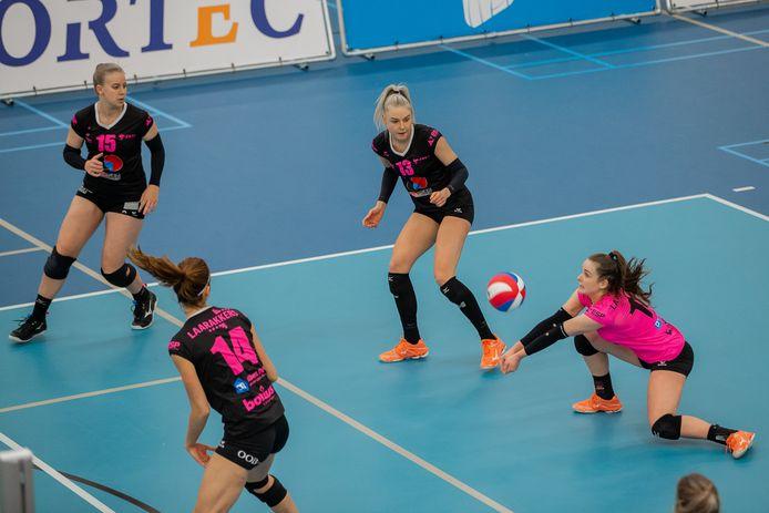 FAST zet een aanval op tegen Talentteam Papendal. Vanaf links: Isis Neeskens, Anne Heesakkers, Michelle Koolen en Susanne Kos.