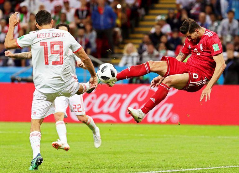 Saeid Ezatolahi in duel met Diego Costa tijdens het WK-groepsduel tegen Spanje.