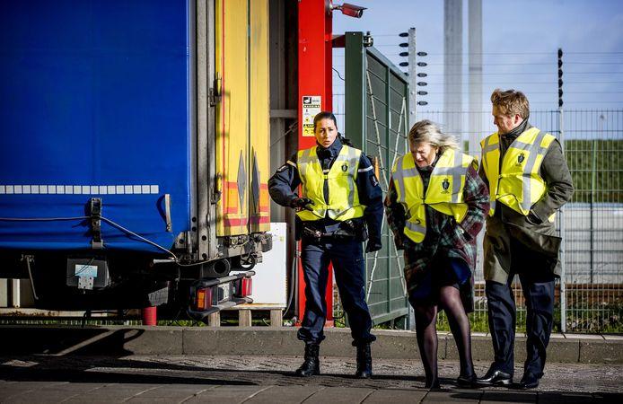 Koning Willem-Alexander en staatssecretaris Ankie Broekers-Knol van Justitie.