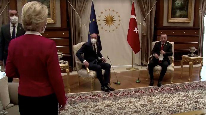 Europese Commissievoorzitter Ursula von der Leyen staat perplex als blijkt dat er geen stoel voor haar is tijdens de ontmoeting met de Turkse president Erdogan.