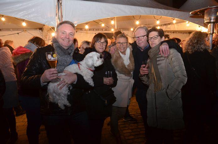 De nieuwjaarsdrink van de gemeente Denderleeuw op het dorpsplein van Iddergem.