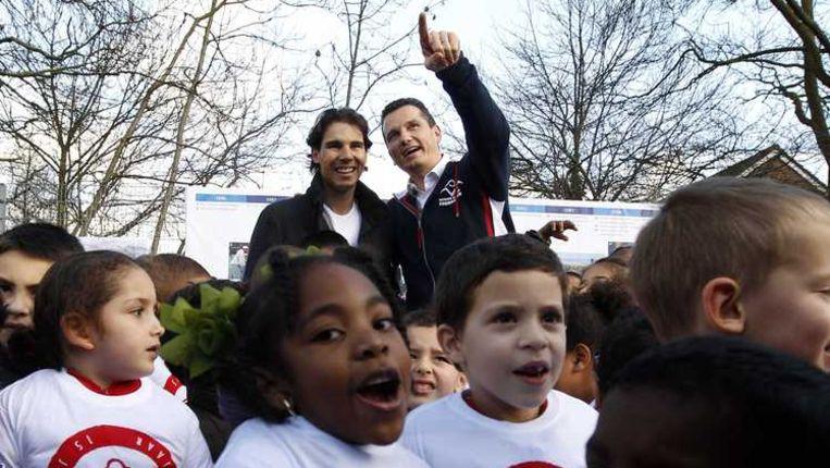Rafael Nadal (l) en Richard Krajicek tussen Rotterdamse schooljeugd. Beeld anp