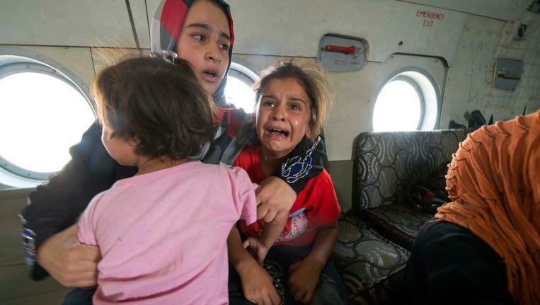 Een vrouw en haar kinderen worden geëvacueerd uit Amerli, vrijdag. Beeld REUTERS