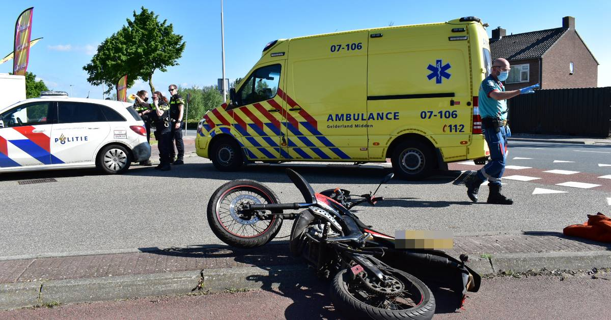 Scooterrijder gewond door botsing met auto in Haalderen.