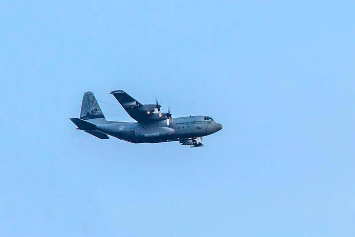 Een Hercules C-130 vliegt vliegt geregeld laag over Wintelre op de terugweg naar Eindhoven.