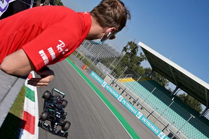 Sebastian Vettel ziet Lewis Hamilton langskomen. Zelf lag hij er al in Q1 uit.