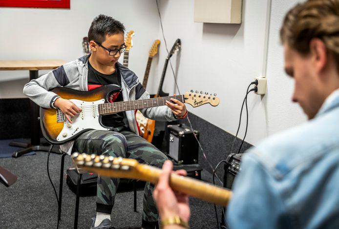 Er klinkt weer muziek bij Key4Music in Best. Laurens Huttinga geeft gitaarles aan Aywen Yuen.