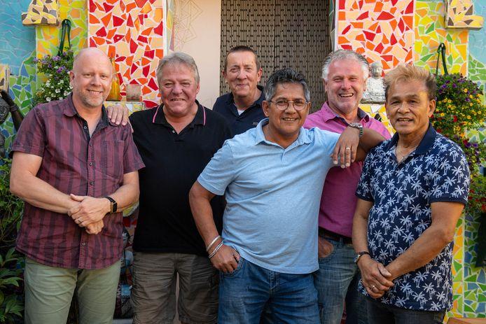 Bruiloftsband Blue Sky is klaar voor het reünieconcert. Met van links naar rechts AndréŽ de Leeuw, Gerrit Slagers, Ben Nijhuis, Arnold Maholetti, Peter Zegger en Hans Hunter.