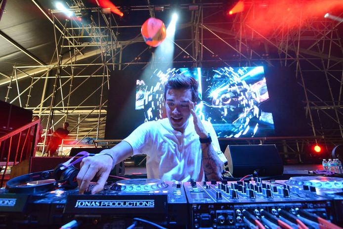 Willem Rebergen, aka DJ Headhunterz, is een van de dj's die het verjaardagsfeest van Q-dance in GelreDome luister bij zetten.