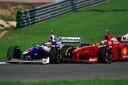 De Grand Prix van Europa in 1997 op het Jerez-circuit in Spanje. Michael Schumacher (rechts) beukt Jacques Villeneuve van de baan in de race om het kampioenschap. Schumacher werd gediskwalificeerd en Villeneuve gaat er met de titel vandoor.