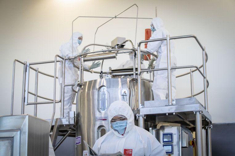 Medewerkers van het Australische biotech bedrijf CSL zullen vanaf maandag beginnen met de productie van het coronavaccin van AstraZeneca. Beeld Getty Images