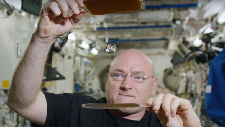 Scott Kelly speelt met een waterdruppel in ruimtestation ISS. Beeld YouTube