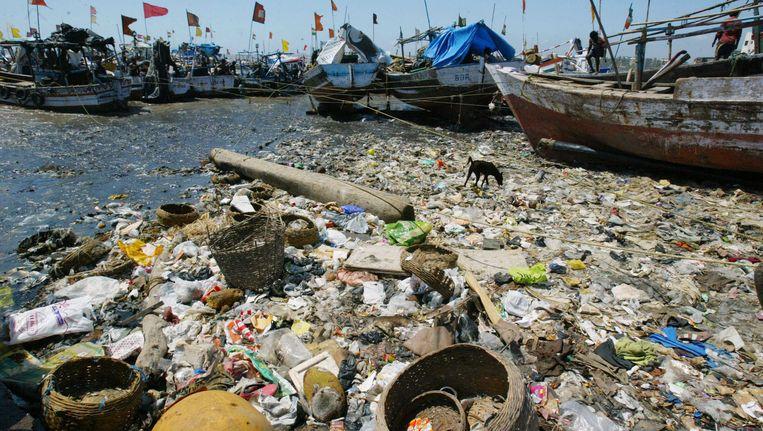 Afval op een strand in Mumbai, India. Beeld ap