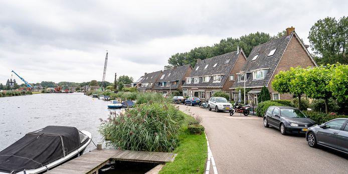 Het bouwwerk voor de nieuwe rijksweg A16 Rotterdam raakt ook deze woningen aan de Rottekade.