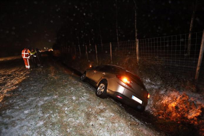 Op de A67 nabij de Belgische grens gleed zaterdag rond 17.30 uur een auto in de sloot. Er raakte niemand gewond.