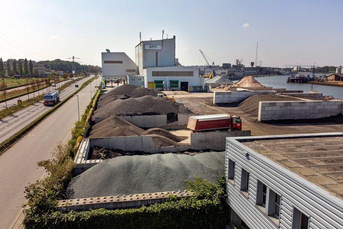 De asfaltfabriek van Asfalt Productie Nijmegen (APN), onderdeel van Dura Vermeer.