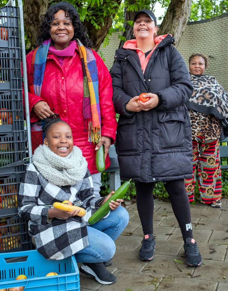 Marlanda Coco (rode jas) en kleindochter Tedysha.  Beeld Patrick Post