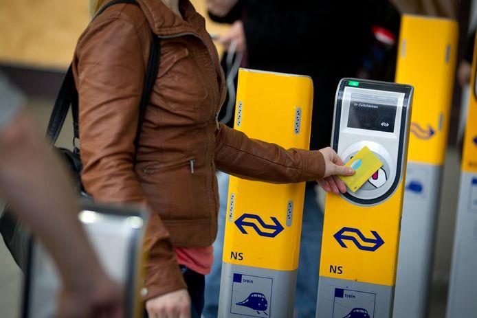 Een reiziger checkt uit met OV-chipkaart, foto ter illustratie