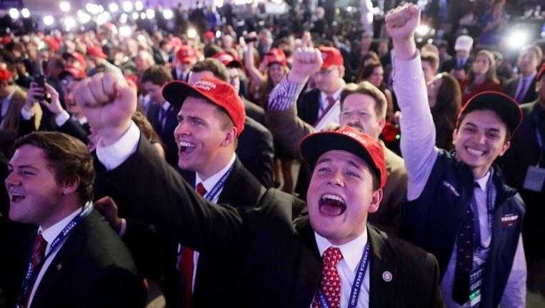 Trump-aanhangers vieren alvast de ophanden lijkende overwinning van hun kandidaat in het Hilton Hotel in New York Beeld afp