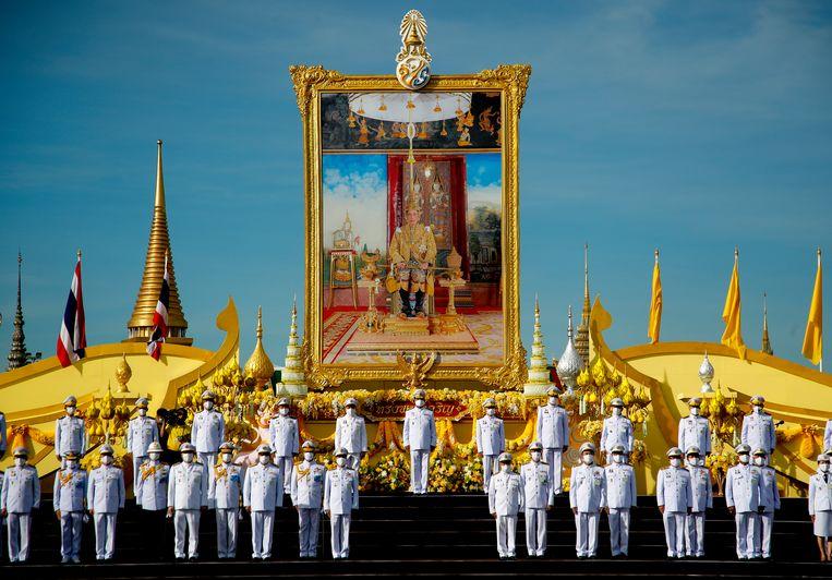 De Thaise premier Prayut Chan-o-cha voor het portret van de koning tijdens de viering van zijn 68ste verjaardag in Bangkok.  Beeld EPA