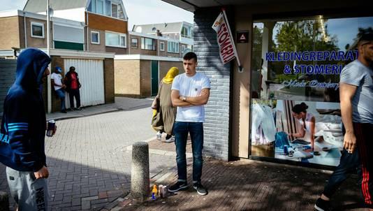Jongeren hangen wat rond in de Zaandamse wijk Poelenburg