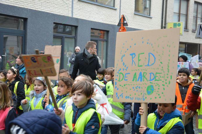 De klimaatmars van De Regenboog en Talentenschool trok donderdag door de straten.