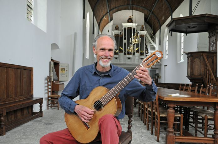 Klassiek gitarist Dik de Koning geeft met veel plezier les, maar treedt tegenwoordig zelf ook wat vaker op.