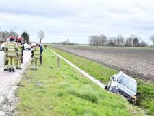 Auto in de sloot op Lisdoddeweg Dronten door onbekende oorzaak